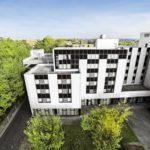 Bürogebäude im Ruhrgebiet bei blauem Himmel aus der Luft