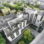 Firmengebäude im Ruhrgebiet umgeben von grünen Bäumen