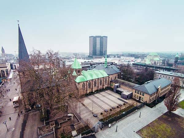 Burgplatz in der Innenstadt von Essen mit Sicht auf eine Kirche