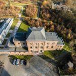 Firmengebäude aus der Luft fotografiert