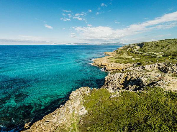 Bucht am Strand von Sardinien