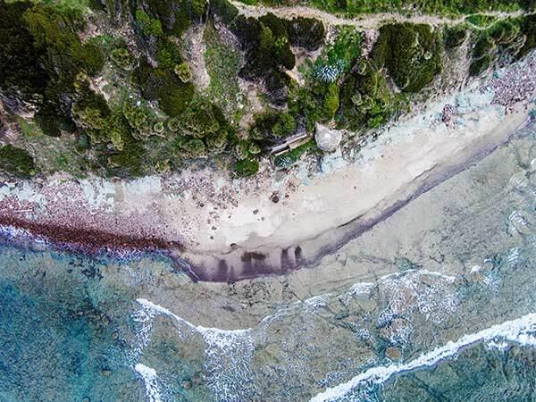 Luftaufnahme vom türkisen Strand auf Sardinien von oben