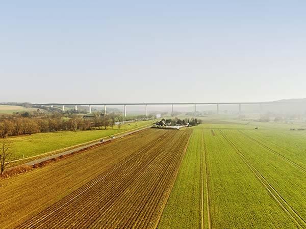 Mintarder Brücke mit Blick auf Landschaft und Felder