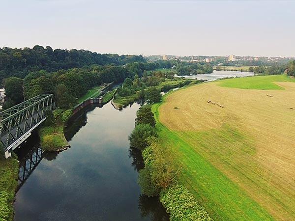 Luftbilder des Flusses Ruhr welcher an einer Brücke und an einem Feld entlang läuft