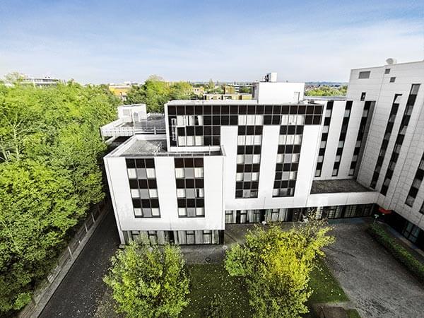 Modernes Hotel aus der Luft fotografiert