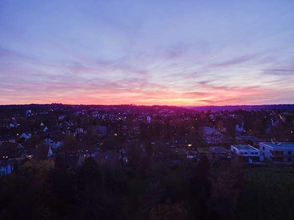 Neubausiedlung in NRW bei rot leuchtendem Sonnenuntergang