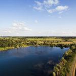 Blauer See in der Natur umgeben von Feldern im Ruhrgebiet